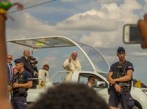 Papa Francisco en su popemobile en Polonia en julio de 2016 durante GMG foto de archivo