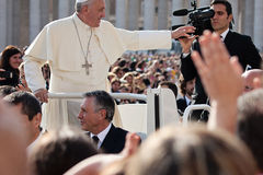 Papa Francisco I bendice el fiel imágenes de archivo libres de regalías
