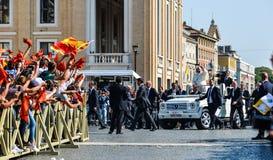 Papa Francisco I en el popemobile fotos de archivo