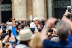 Papa Francisco I entre el fiel - Ciudad del Vaticano Roma fotos de archivo libres de regalías