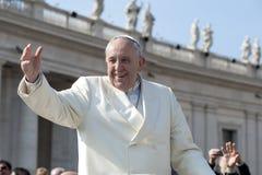 Papa Francisco saluda fiel Imagen de archivo libre de regalías