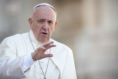 Papa Francisco saluda a la muchedumbre foto de archivo