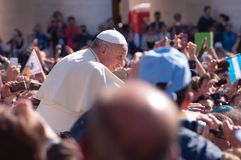 Papa Francisco y muchedumbre Imágenes de archivo libres de regalías