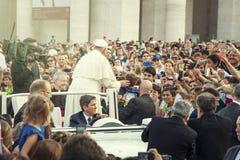 Papa Francisco y muchedumbre de fiel en el cuadrado de San Pedro Imagenes de archivo