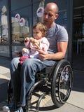 Papa handicapé avec l'enfant photo libre de droits