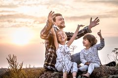 Papa het spelen met twee kleine leuke dochters royalty-vrije stock afbeelding