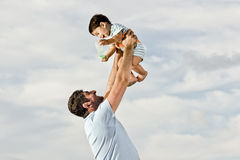 Papa heureux à la plage Photo stock
