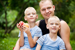 Papa heureux avec les garçons jumeaux photos stock
