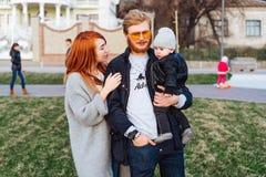 Papa heureux et fils de maman étreignant en parc photo stock