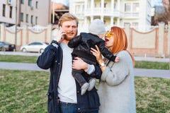 Papa heureux et fils de maman étreignant en parc image libre de droits