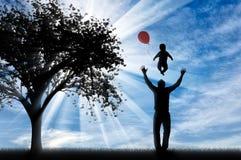 Papa heureux jouant avec un bébé et ballons et arbre Images libres de droits