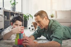 Papa joyeux passant le temps gratuit avec son enfant à la maison Photographie stock
