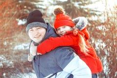 Papa met dochter in de winter royalty-vrije stock fotografie