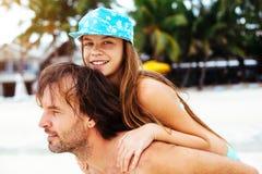 Papa met dochter op het strand Stock Fotografie