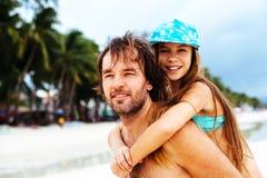 Papa met dochter op het strand Royalty-vrije Stock Fotografie
