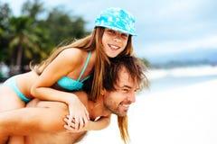 Papa met dochter op het strand Stock Afbeeldingen