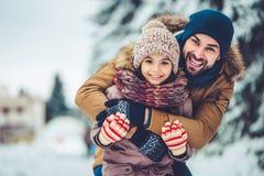 Papa met dochter openlucht in de winter Stock Afbeeldingen
