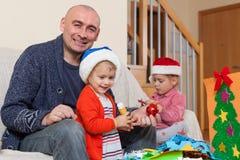 Papa met twee dochters die ambachten maken stock afbeeldingen