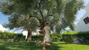 Papa met zoon die pret in de tuin op de zomerdag hebben stock video