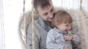 Papa met zoon op schommeling stock video