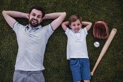 Papa met zoon in openlucht Stock Foto's