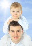 papa mignon de papa de bras de bébé de plage de beau de garçon bleu nuage caucasien adorable d'enfant image libre de droits