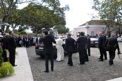 Papa que consigue en el coche, periodistas, seguridad del estado, presidente anterior portugués, Lisboa fotos de archivo