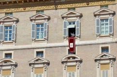 Papa que fala aos peregrinos no quadrado de St Peter foto de stock royalty free