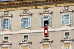 Papa que fala aos peregrinos no quadrado de St Peter imagens de stock