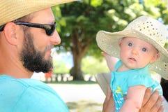 Papa regardant nouveau-né photos libres de droits