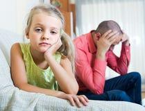 Papa sérieux et petite fille se disputant à l'intérieur photos libres de droits