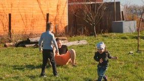 Papa ` s het spelen met zijn zoon en dochter in de binnenplaats stock videobeelden