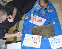 Papa simple et fils fingerpainting 1 photo stock
