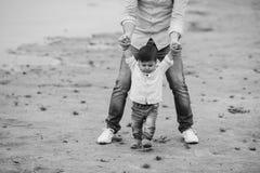 Papa tenant des mains du ` s de fils nourrisson photo libre de droits