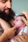 Papa tenant les mains nouveau-nées de famille Image libre de droits