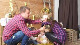 Papa, zoon, fotograaf en een klein meisje stock videobeelden