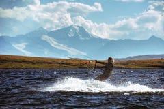 Papagaio da mulher que surfa no lago da montanha Fotografia de Stock Royalty Free