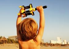 Papagaio da terra arrendada do menino na praia Foto de Stock Royalty Free