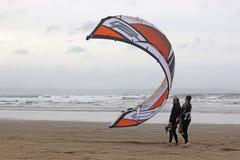 Papagaio de lançamento de Kitesurfers foto de stock