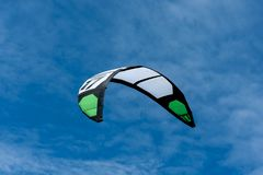 Papagaio de reboco kitesurfing branco e verde no ar fotografia de stock