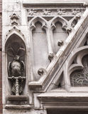 Papagaio, decorando a abertura da janela Fotografia de Stock Royalty Free