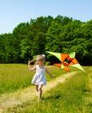 Papagaio do vôo do miúdo ao ar livre. Imagem de Stock Royalty Free