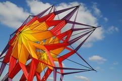 Papagaio no céu azul Imagens de Stock