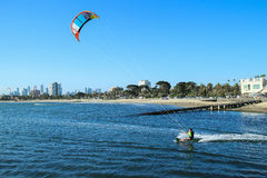 Papagaio que surfa St Kilda da cidade de Austrália Melbourne Foto de Stock
