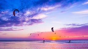 Papagaio-surfar contra um por do sol bonito Muitas silhuetas do jogo fotografia de stock
