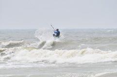 Papagaio-surfar no pulverizador. Fotografia de Stock