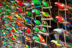 Papagaios cinzelados de madeira Foto de Stock Royalty Free