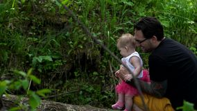 Papagangen met zijn dochter in het hout