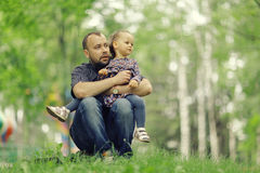 Papagangen met zijn dochter in park royalty-vrije stock foto