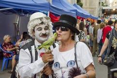 Papagei küsst Frau Stockfoto